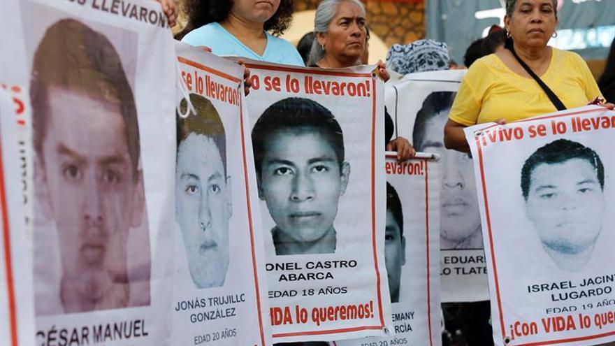 Alumnos de Ayotzinapa retienen a policías en el estado mexicano de Guerrero