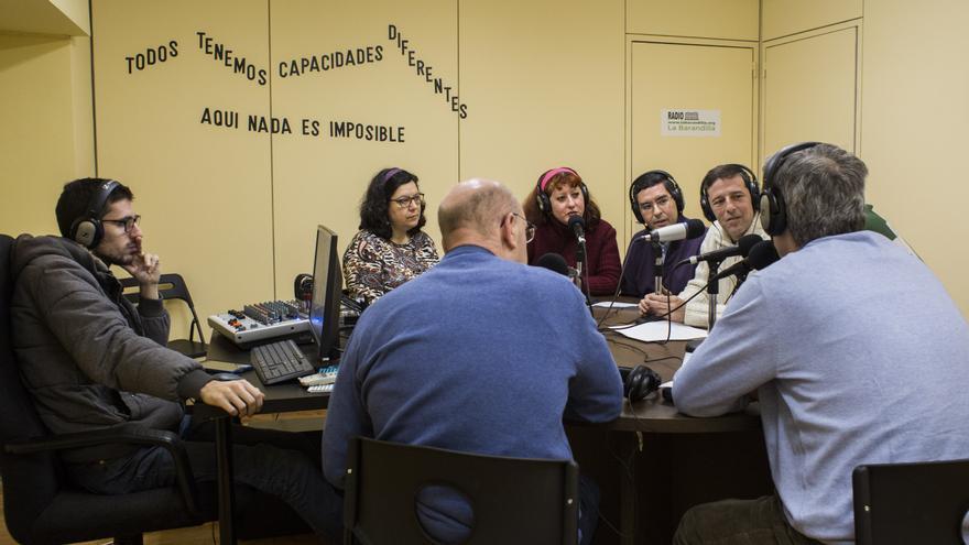Los seis contertulios y el técnico de La Barandilla dentro del estudio de radio.