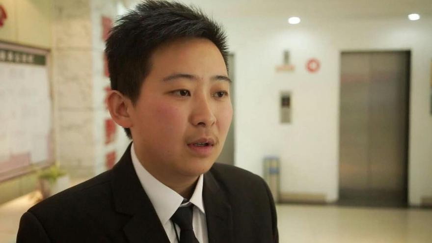 Chen, hombre transgénero de 28 años despedido en China por usar ropa de hombre