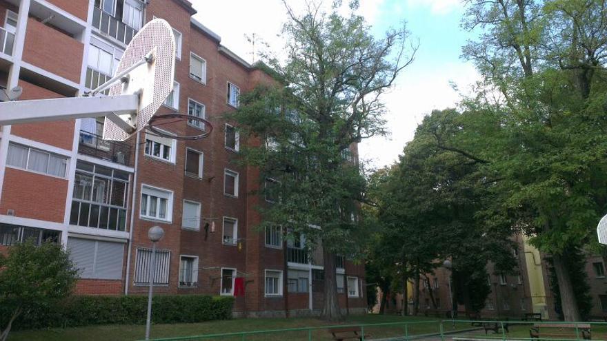 Imagen de parte de las fachadas afectadas por las humedades en las viviendas del barrio de Adurza.