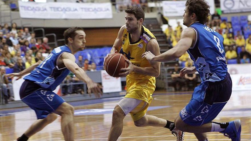 L base del Iberostar Tenerife Ricardo Úriz (c) controla el balón ante la defensa del Gipuzkoa Basket durante el partido correspondiente a la séptima jornada de Liga ACB que disputan hoy en Santa Cruz de Tenerife. EFE/Cristóbal García