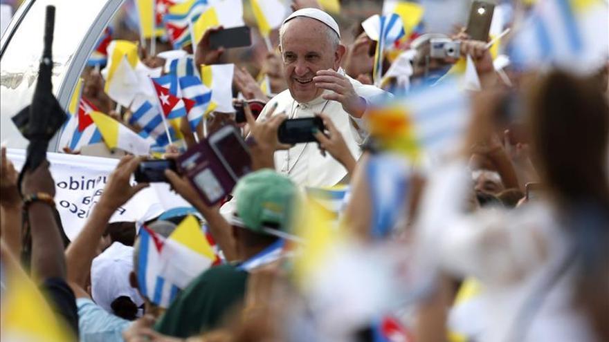 El papa Francisco a su llegada en el papa móvil a la Plaza de la Revolución de La Habana para oficiar su primera misa en Cuba. / EFE