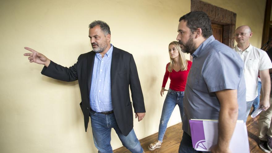 El alcalde José Alberto Díaz, junto a varios concejales de otros partidos, este viernes