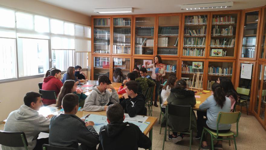 Sara Alonso con alumnos del IES Villa de Mazo.
