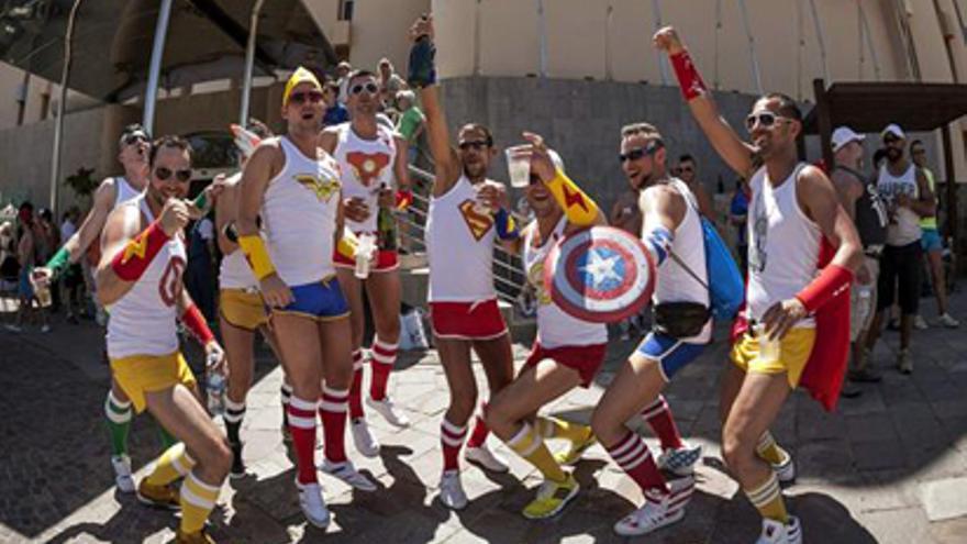 SAN BARTOLOMÉ DE TIRAJANA (GRAN CANARIA), 11/05/2013.- Asistentes a la marcha por el Orgullo Gay, que congregó hoy en la localidad turística de Maspalomas, a 50 kilómetros al sur de Las Palmas de Gran Canaria, a más de 60.000 personas en el desfile por la tolerancia más lúdico y multitudinario de sus doce años de historia. EFE/Ángel Medina G