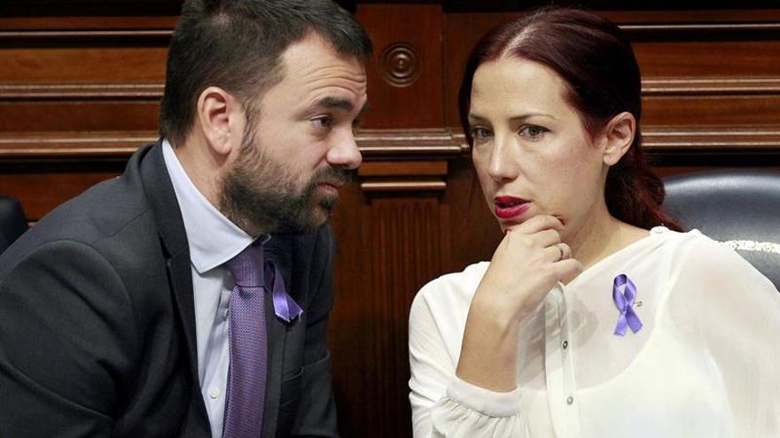 El consejero de Presidencia, Aarón Afonso, conversa con la vicepresidenta del Gobierno de Canarias, Patricia Hernández, durante una sesión plenaria del Parlamento regional