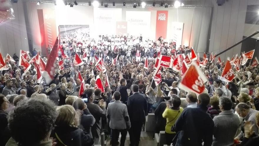 Pedro Sánchez abarrota el palacio de congresos de La Coruña en su mayor mitin en lo que va de campaña