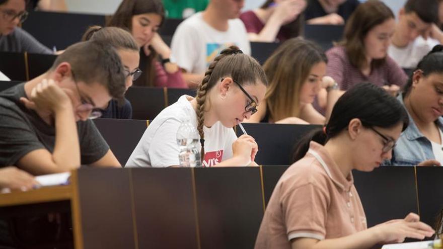 Los titulados universitarios en la OCDE ganan un 57 % más y sufren menos paro