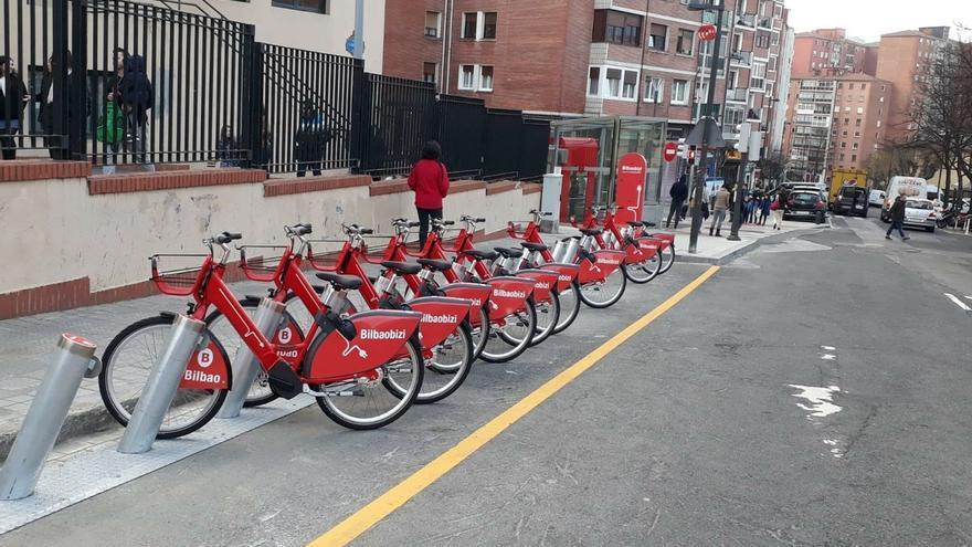 Bilbaobizi aconseja a sus usuarios asegurar la bici con la palanca de bloqueo del cuadro, si no hay anclajes libres