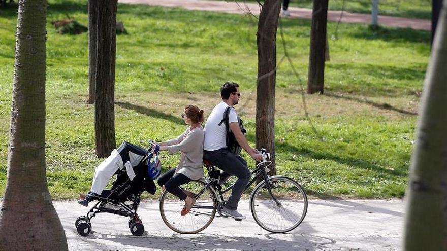 La ampliación del permiso de paternidad eleva un 38 % el gasto hasta junio