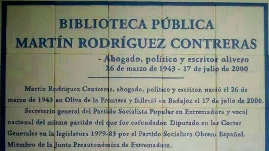 Placa en el interior de la biblioteca de Oliva de la Frontera en recuerdo de Martín Rodríguez Contreras