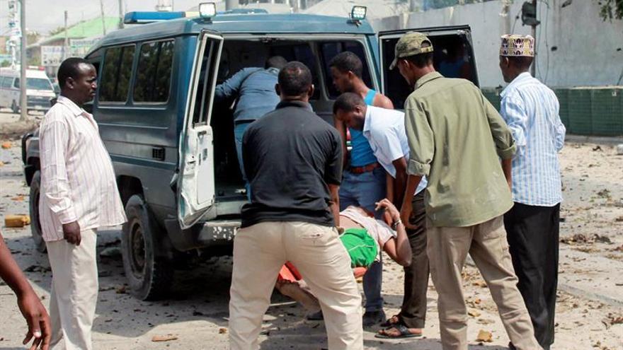 Al menos 6 muertos en un doble atentado con coche bomba en la capital de Somalia