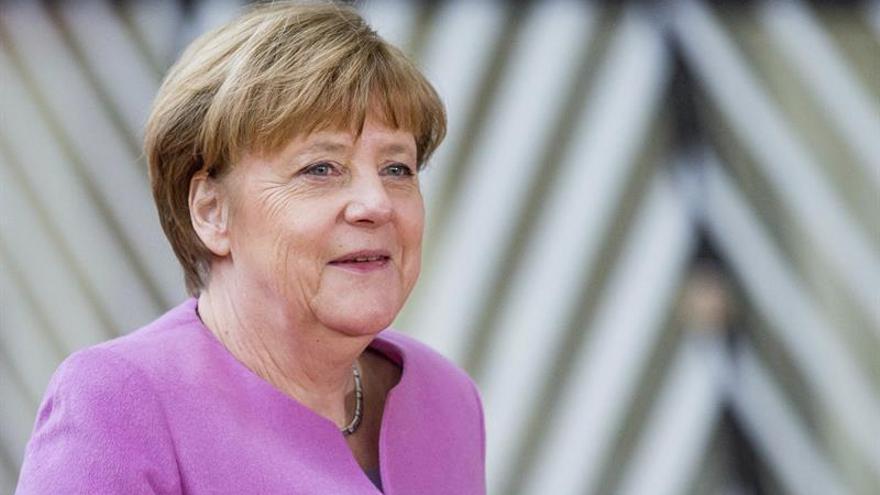 Merkel reitera su apoyo expreso a Tusk y defiende una Europa de varias velocidades