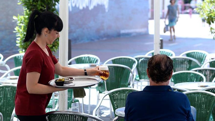 Trabajadora en la terraza de un bar, en una imagen de archivo