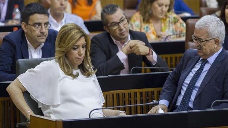 Susana Díaz con su vicepresidente, Manuel Jiménez Barrios, en el pleno.