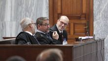 El abogado Nicolás González-Cuéllar, junto a su defendido, Salvador Alba, y el también letrado Pedro Ayala. (ALEJANDRO RAMOS)