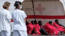 Grupo de personas rescatadas de un cayuco avistado por una embarcación de recreo al sur de Gran Canaria.