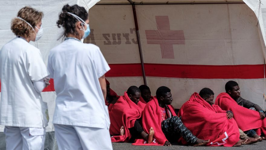 Grupo de personas rescatadas este domingo de un cayuco avistado por una embarcación de recreo al sur de Gran Canaria.