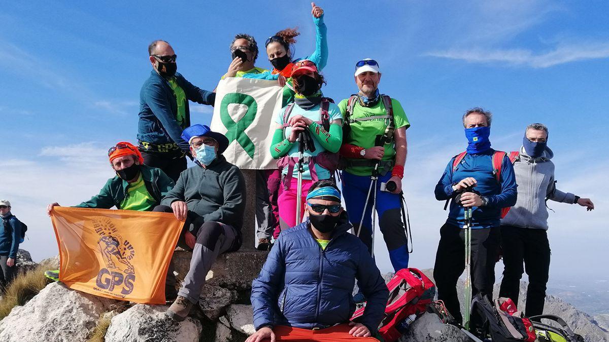 Integrantes del Grupo Perabeño de Senderismo, en la cima de La Tiñosa.