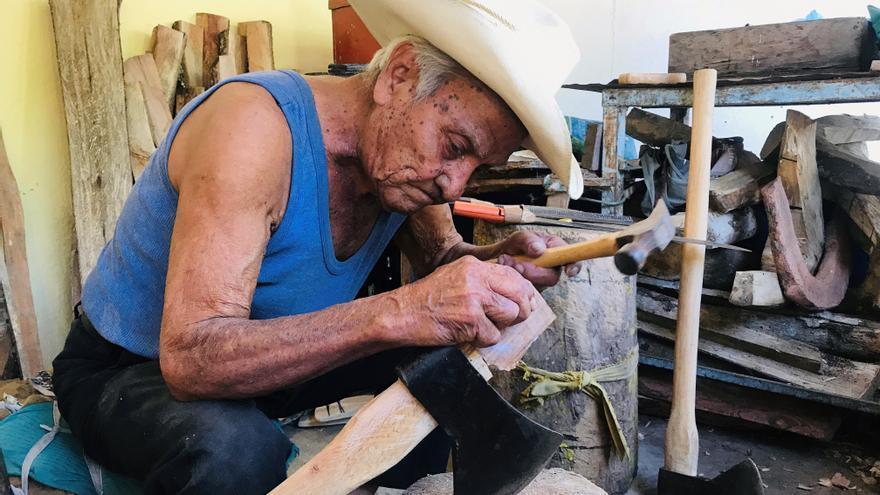 Don Valente, el anciano centenario de Acapulco que trabaja sin temor al virus
