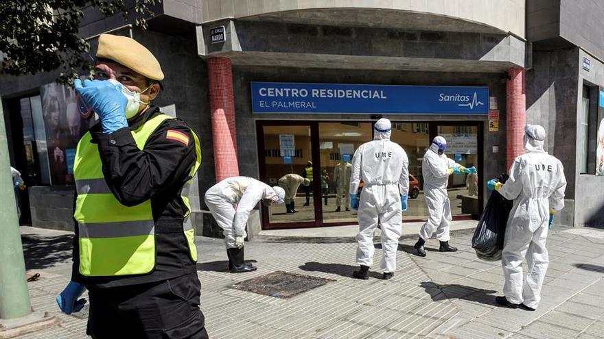 La Unidad Militar de Emergencias realiza labores de desinfección en un centro residencial para frenar el avance del coronavirus. EFE/ Ángel Medina G.