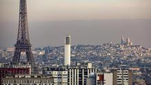 Vista general de la densa neblina sobre la basílica del Sacre Coeur de París, Francia.