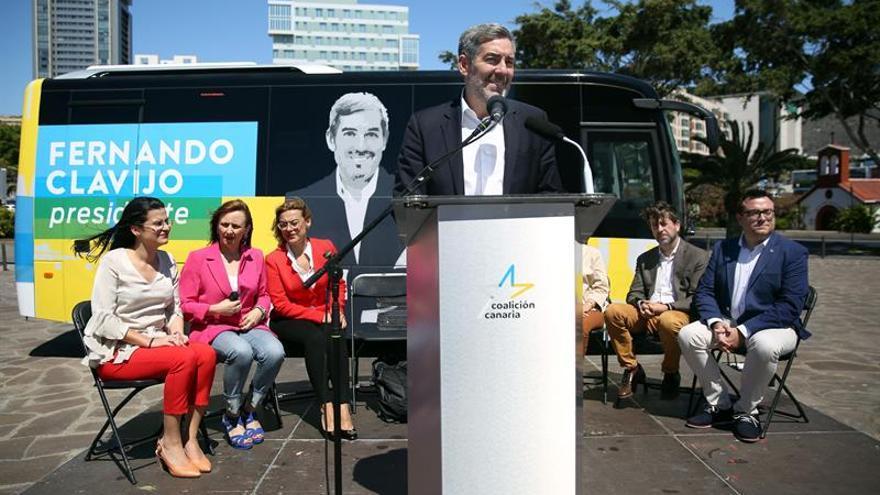 El presidente de Canarias, Fernando Clavijo, acompañado de los candidatos a los cabildos insulares.