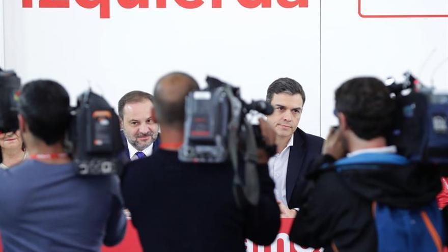 Pedro Sánchez y José Luis Ábalos en una reunión de la dirección del PSOE.