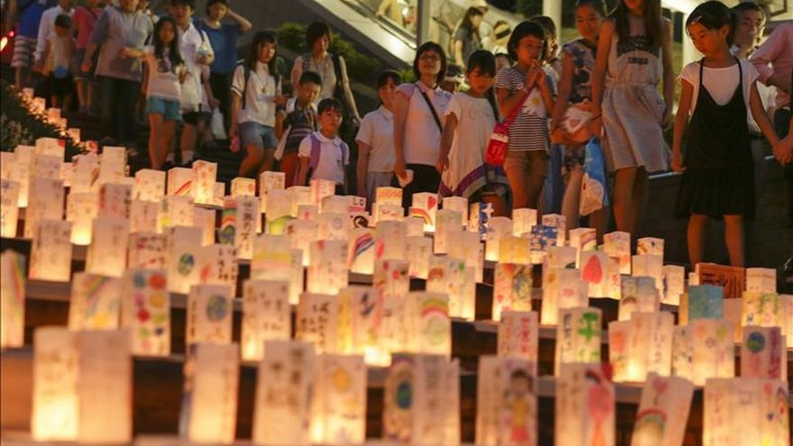 Los visitantes observan las linternas de papel encendidas en honor de las víctimas en el 70 aniversario del bombardeo atómico de Nagasaki, en el Parque de la Paz. / EFE/EPA/KIMIMASA MAYAMA.
