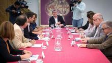 José Mujica, primero a la derecha, en la reunión mantenida por los promotores del Colegio de Periodistas de Canarias con Fernando Clavijo