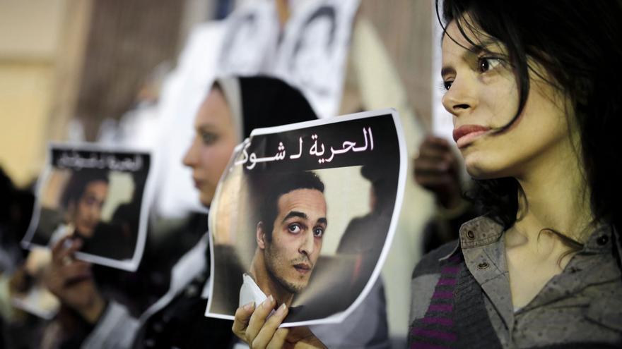 Periodistas sosteniendo carteles para exigir la liberación de Shawkan en Egipto// AP Photo/Amr Nabil