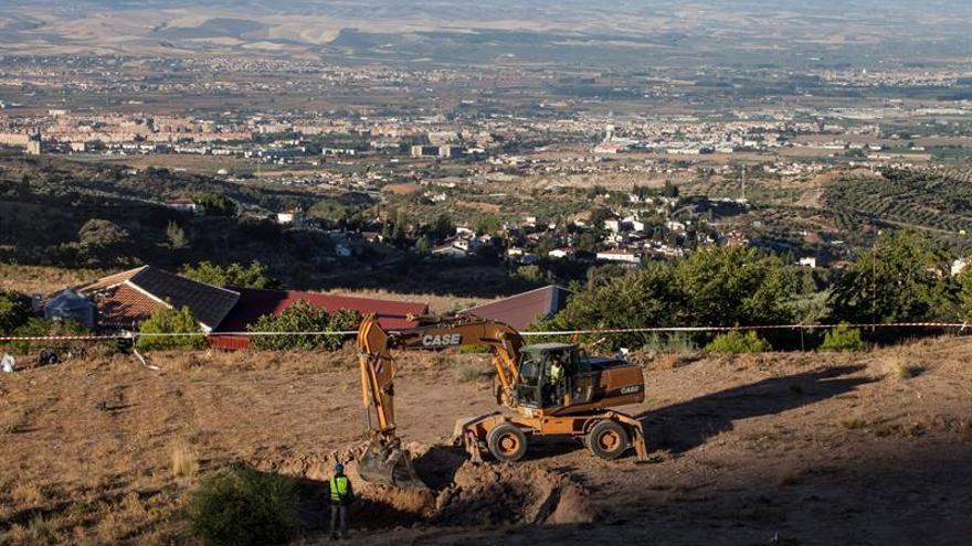 El equipo que busca la posible fosa de Lorca acaba su trabajo con maquinaria pesada