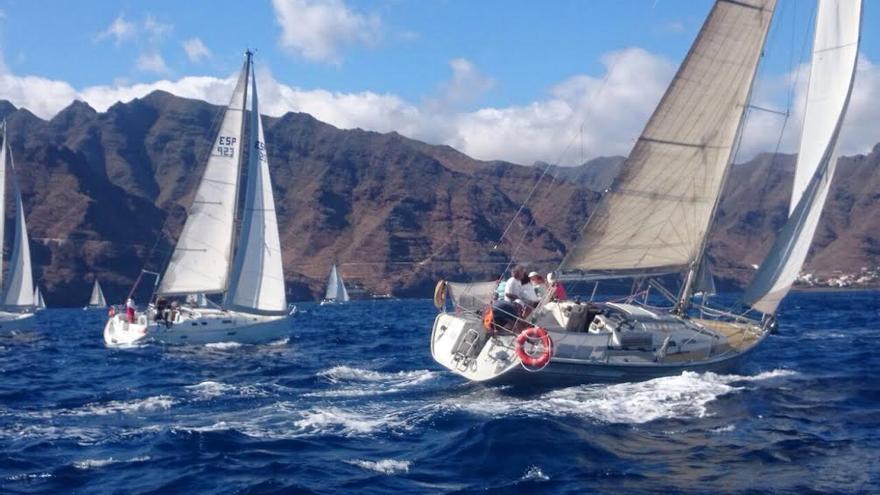 En la imagen, en la tarde de este jueves, varios barcos, en el litoral de Tenerife, tras la salida de la  XXII Regata Lustral Bajada de la Virgen de las Nieves. Foto: REAL CLUB NÁUTICO DE S/C DE LA PALMA.