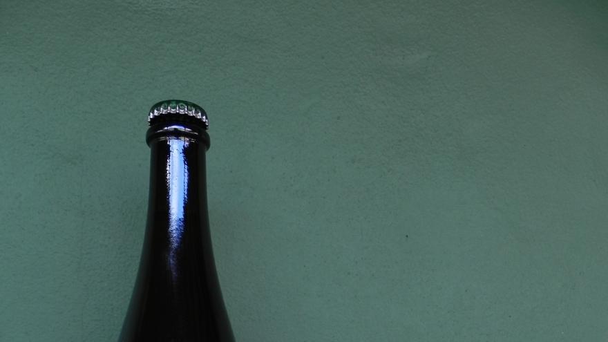 Botella de sidra O'Daly junto a manzanas de La Palma.