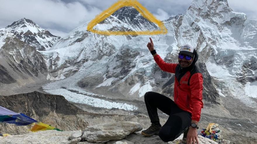 Manuel González Francisco en el Himalaya con el Everest al fondo y un montaje con el gorro del 'enano'.