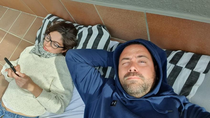Ignacio Rebagliati y Anabela toman el sol en la terraza del piso prestado de Barcelona donde quedaron confinados.