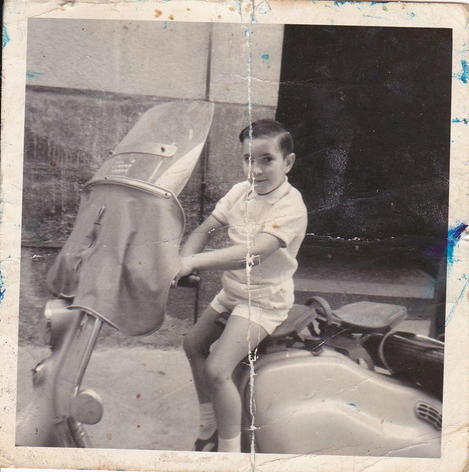 Nuestro ex vecino Jesús Rodríguez Herrera, en la Lambreta de un vecino del primer piso del nº 5 de Galería de Robles antes de 1969