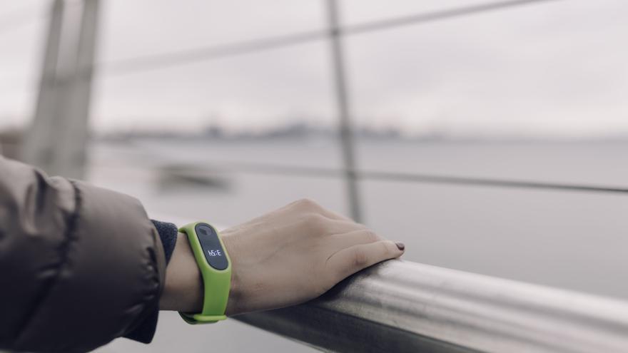Una pulsera inteligente de Fitbit para monitorizar la actividad física