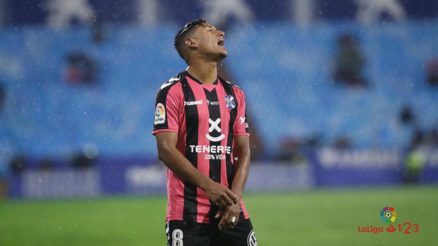 Uno de los jugadores del CD Tenerife se lamenta durante el encuentro en La Romareda frente al Zaragoza.