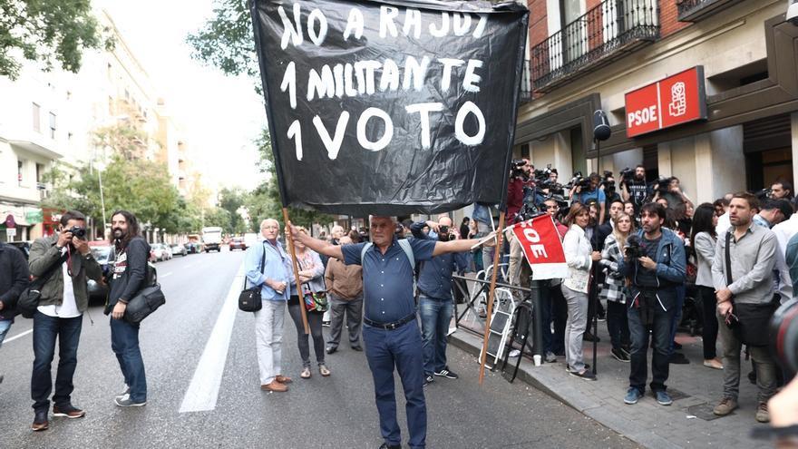 Militantes del PSOE se concentrarán el sábado en Ferraz para protestar contra una abstención