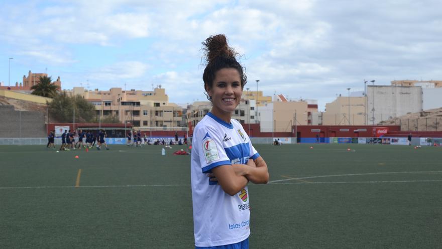 Cindy García posa con la camiseta de la UDG Tenerife Egatesa