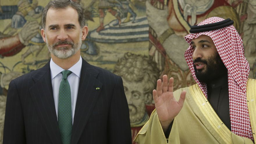 El rey Felipe VI y el príncipe heredero saudí, Mohamed bin Salmán, en la visita de este último a España en abril de 2018.
