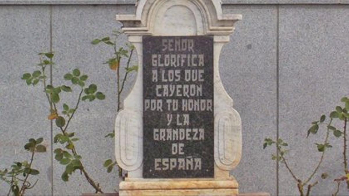 La polémica placa junto a la iglesia de Dos Torres