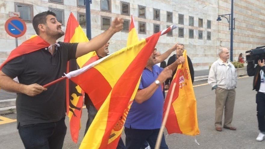 Tensión entre un grupo de personas con banderas de España y los asistentes al acto de Pablo Iglesias en Santander