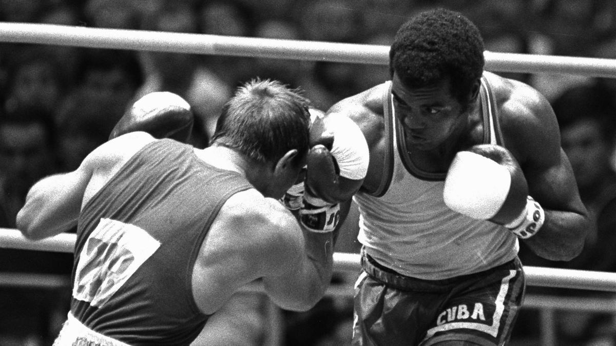 Teófilo Stevenson (a la derecha), durante una pelea en los Juegos Olímpicos de Moscú en 1980.