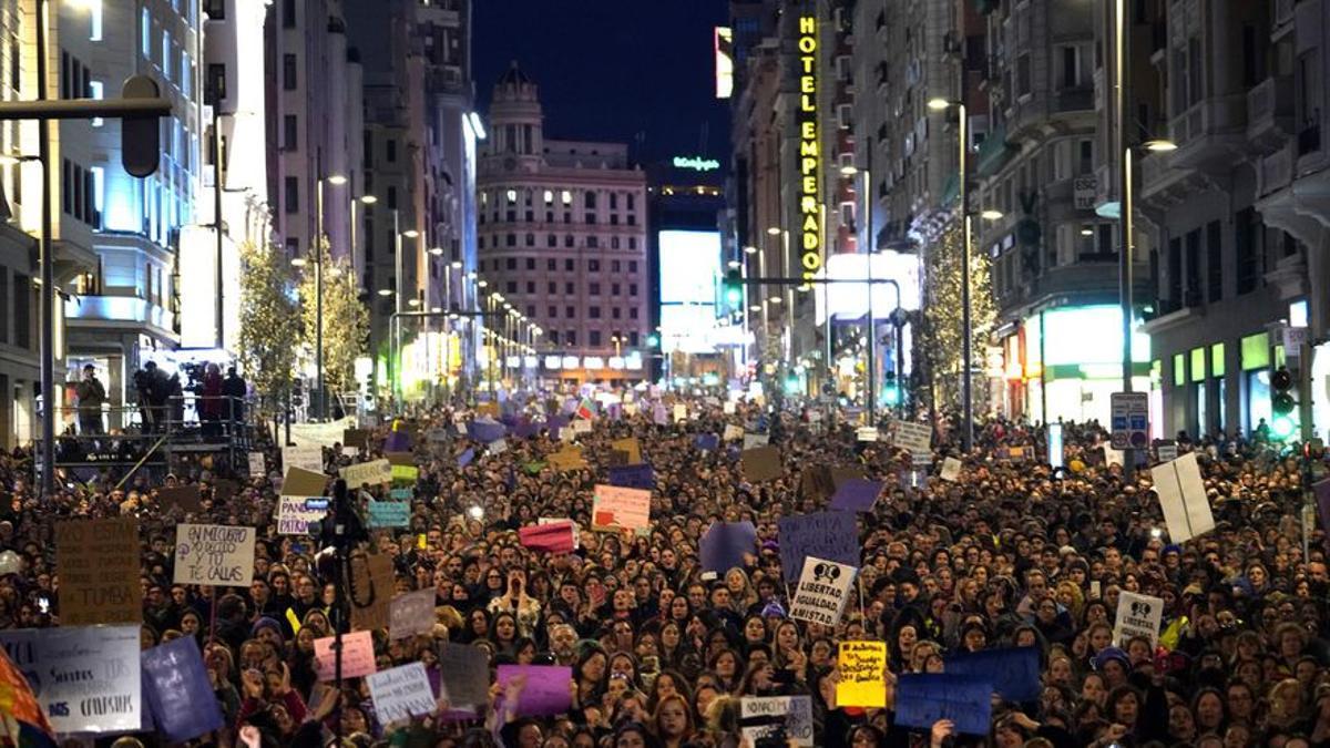 El movimiento feminista llena la Gran Vía de Madrid en el último tramo de la manifestación del 8M de 2020.