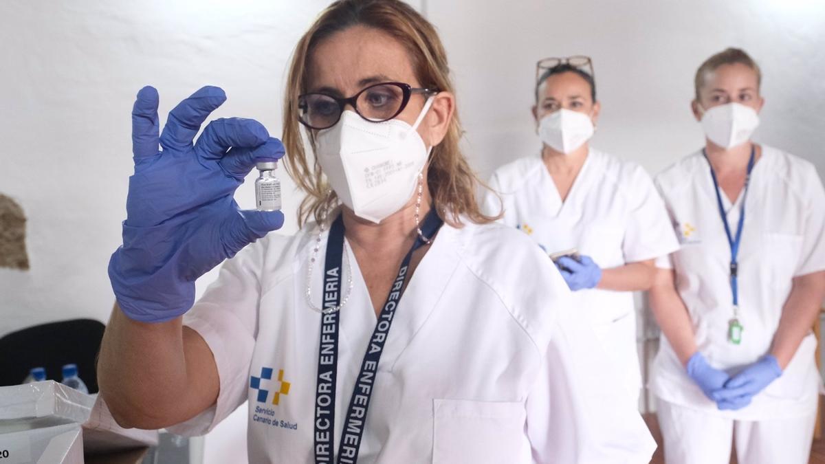 Enfermera con vacuna contra la COVID-19