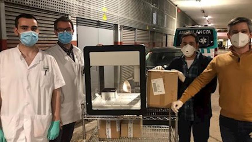 El robot de Opentrons con el equipo médico del hospital Clìnic de Barcelona.