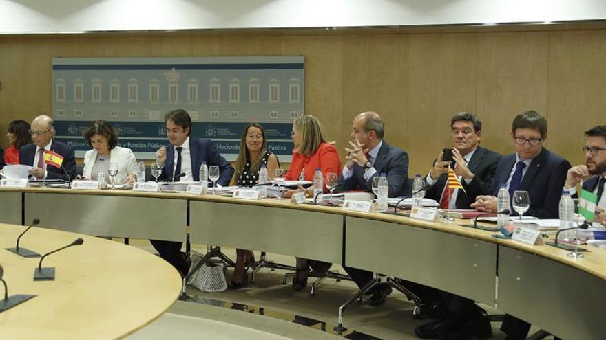 El ministro de Hacienda, Cristóbal Montoro y la vicepresidenta del Gobierno, Soraya Sáenz de Santamaría presidieron la reunión del Consejo de Política Fiscal y Financiera