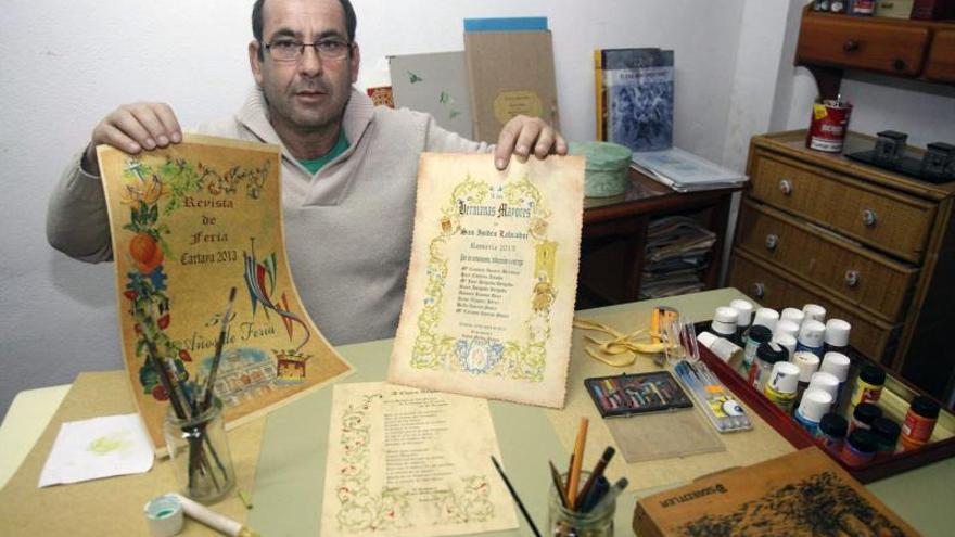El archivero de Cartaya (Huelva) recupera y pule la técnica del pergamino